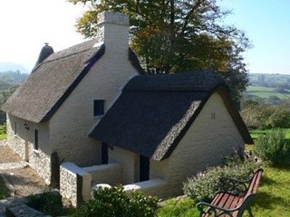 Thatched cottage in Wales with hot tub. Mountains, castles and coastline nearby!