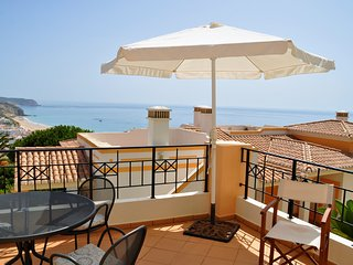 Elegant sea view townhouse, 2 double bedrooms, sea view, Salema