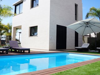 Beautiful Villa for 7 people, private heated pool at 7 min. to the beach