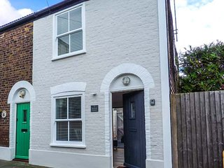 LITTLE SEASHELL COTTAGE, cosy and romantic cottage, en-suite, WiFi, beach 3 mins walk, in Deal, Ref 934462