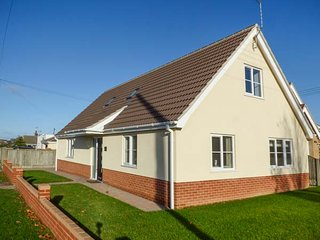 THE SANDPIPER, bungalow, open plan, WiFi, near Great Yarmouth, Ref 943739