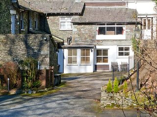 RAMBLERS ROOST, ground floor apartment, shared grounds with lake views, Grasmere