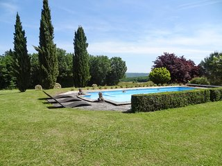 Spacious, 4-bedroom house with magnificent views, an extra pool house and a swimming pool, Saint-Amand-de-Coly