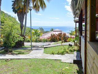 Sunny, 2-bedroom bungalow in Bouillante with WiFi and a furnished terrace – 100m from the beach!