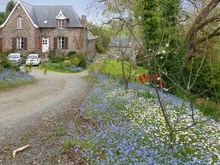 Quiet, 2-bedroom house in Dol-de-Bretagne with a hot tub and furnished terrace – 20min to St. Malo!