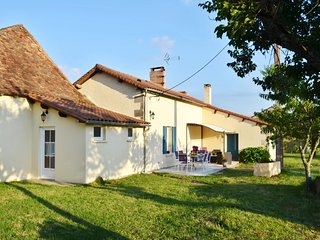 Dream holiday cottage in Dordogne, in a peaceful setting with countryside views, sleeps 6, Bourgnac
