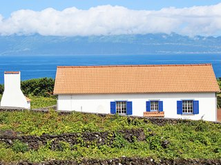 Case Aguia - a modern, 2-bedroom house in Ribeirinha with a furnished terrace and superb sea views!, Piedade
