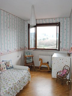 La camera degli orsetti attrezzata con fasciatoio, seggiolone e lettino