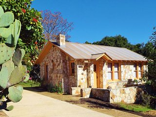 The Painter's Cabin - Hill Country Charm in Eclectic Methodist Encampment, Kerrville