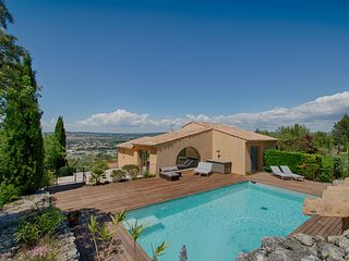 Charming villa atop a hill above Aix-en-Provence