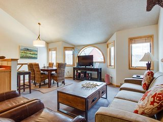 Walk to slopes & Main St from condo w/shared seasonal pool and hot tub, Telluride