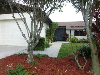 Beautiful attached Villa close to the beach and 5th Ave in Naples Florida