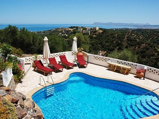 Amazing villa with private pool & fantastic seaview,4 bedrooms,wifi.bbq, Stalos