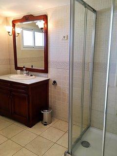 Double bedroom's bathroom on suite.