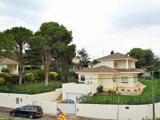 Villa near beaches, large pool, garden and tennis, L'Escala