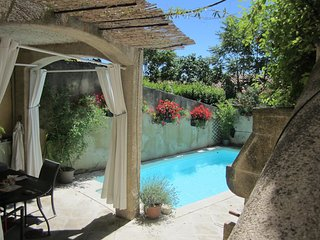 Charming 3 Bedroom Village House with Pool and AC in the Luberon, Merindol