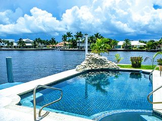 Spacious Intracoastal Home, Walk to Beach