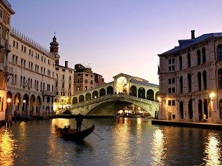 CA' RIALTO: 5 min dalla Stazione treni -20 mt dal Canal Grande - comodo ai mezzi, Venedig