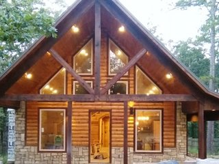 Borrowed Time, Luxury Vaction Rental Cabin/Pool Table/WIFI/Hot Tub