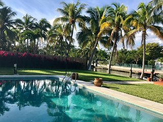 Amazing House in the Water! Pool-Dock-Paradise Vacations!, North Miami