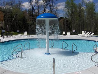 MV2307 3BR Luxury condo on Parkway with hot tub and pools
