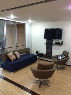 42'' Tv with cable, 20 mbs Internet and a comfortable space to rest, work and... Why not both?
