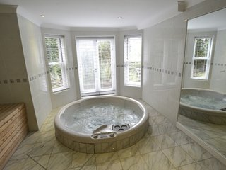 Brighton Flat with Hot Tub and Sauna