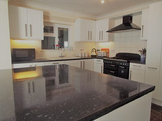 Accommodation (sleeps 9) in the village of Hamble - walking distance to marinas