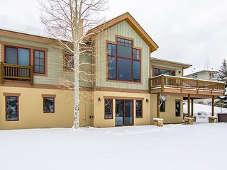 5BR, 3.5BA Hillside Home – Near Skiing, Private Hot Tub, Sleeps 18
