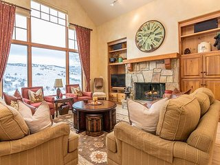 5BR, 3.5BA Hillside Home – Near Skiing, Private Hot Tub, Sleeps 14