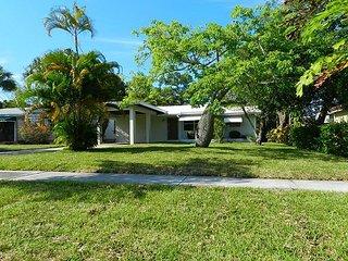 2BR, 2BA Lantana House in Palm Beach w/ Fun Yard – Walk to Downtown, Beach
