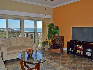 Direct beachfront condo, FREE WIFI, safe, secure resort, clean & kid friendly
