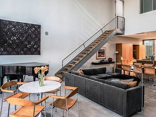 3739 West End Arts Loft: Modernist Architectural Landmark, Seaside