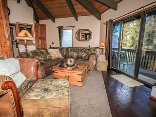 Pine Top Retreat~Foosball~Huge Flat Screens~Fully Furnished~Fireplace~Secluded~