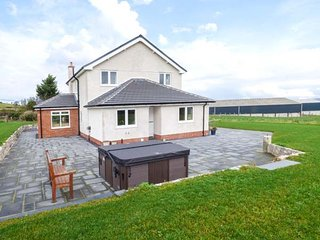 TY NAIN, detached, next to owner's working farm, woodburner, hot tub, parking