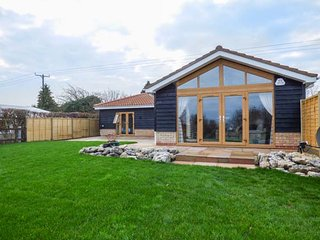 BITTERN COTTAGE, all ground floor, pet-friendly, private enclosed garden, WiFi, Ely, Ref 944374, Upware