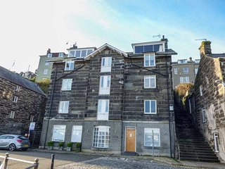THE PENTHOUSE, woodburning stove, WiFi, close to beach, Porthmadog, Ref 947143