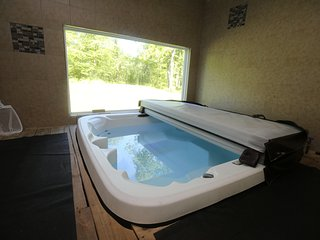 Minutes to Ski Mountains and Indoor Water Parks ~ Hot Tub~Fireplace~Sleeps 20