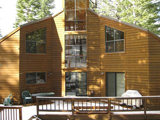 4Br/3.5Ba with Large Deck and Hot Tub! Sleeps 8 in Beds ~ RA134223, Truckee