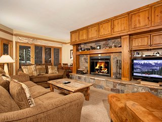 2Br Condo w/ Private Hot Tub - Walk to Lifts! Kids Ski Free! ~ RA133670, Keystone
