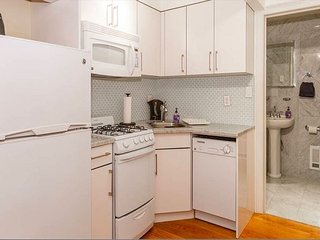 SLEEPS 8 - ENTIRE FLOOR 2 APTS - 2 BATHS - 2 LIVING ROOMS - 2 SOFABEDS 8585/8588, Long Island City