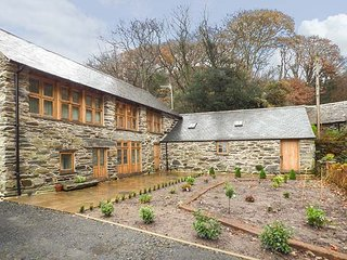 HENDOLL BARN detached barn conversion, en-suite wet room, woodburning stove, Fairbourne