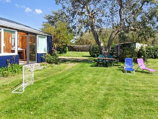 Sunny, 1-bedroom house with a furnished terrace and garden in Brittany – 800m from the beach!, Tredrez-Locquemeau