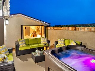 25% OFF DEC -Large 4BR - Modern Luxury, Private Jacuzzi on Deck w/ Outdoor TV