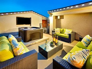 25% OFF JAN+FEB! Modern Beach Luxury, Jacuzzi, Rooftop Deck & Outdoor Living