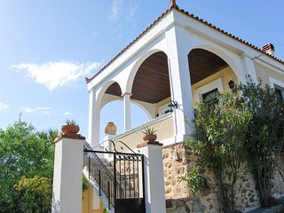 Sunny, 5-bedroom villa with WiFi and spectacular views of the Aegean Sea - 250m from the beach!, Volissos