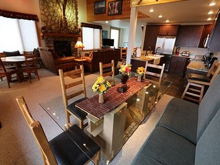Beautiful 4 Bedroom + Loft / 4 Bath, Sleeps 12, Ski-in, Ski-out, Views!, Mammoth Lakes