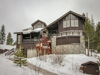 Expansive home w/ shared pool, hot tub, & dock - on-site golf, & skiing, too!