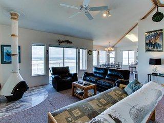Oceanfront, dog-friendly home w/ jetted tub, beach access & sweeping views, Yachats