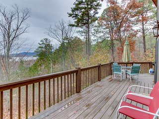Lakeview lodge with two decks, pool table, hot tub & shared swimming pools, Talking Rock
